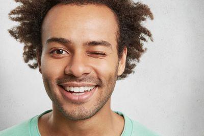 Избелващи ленти за зъби 1 - усмихнат мъж