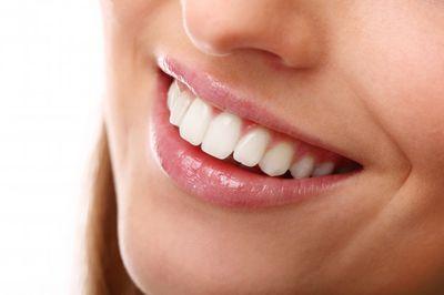 Избелващи ленти за зъби 3 - усмихната жена
