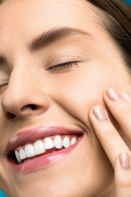 Ленти за избелване на зъби 2 - усмихната жена