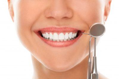 Почистване на зъбен камък 1 - усмихната жена