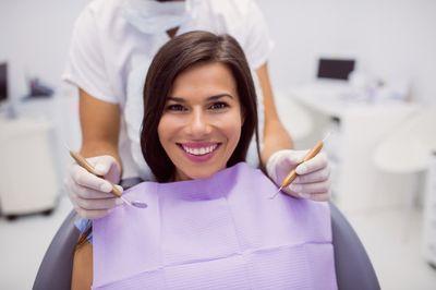 Почистване на зъбен камък 2 - жена при зъболекар